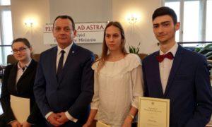 Gratulacje oraz serdeczne życzenia złożył młodzieży Starosta Aleksandrowski - Dariusz Wochna.