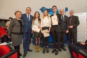Wręczenie dyplomów oraz listów gratulacyjnych dla rodziców